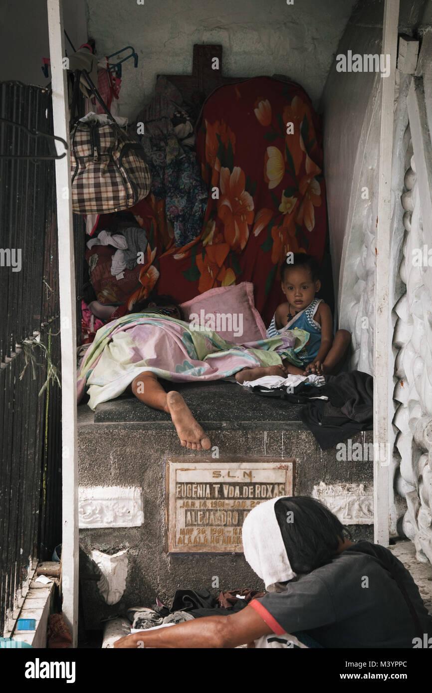 Manila, Philippinen. 4. Apr 2015. Kinder gesehen Schlafen auf einem ...