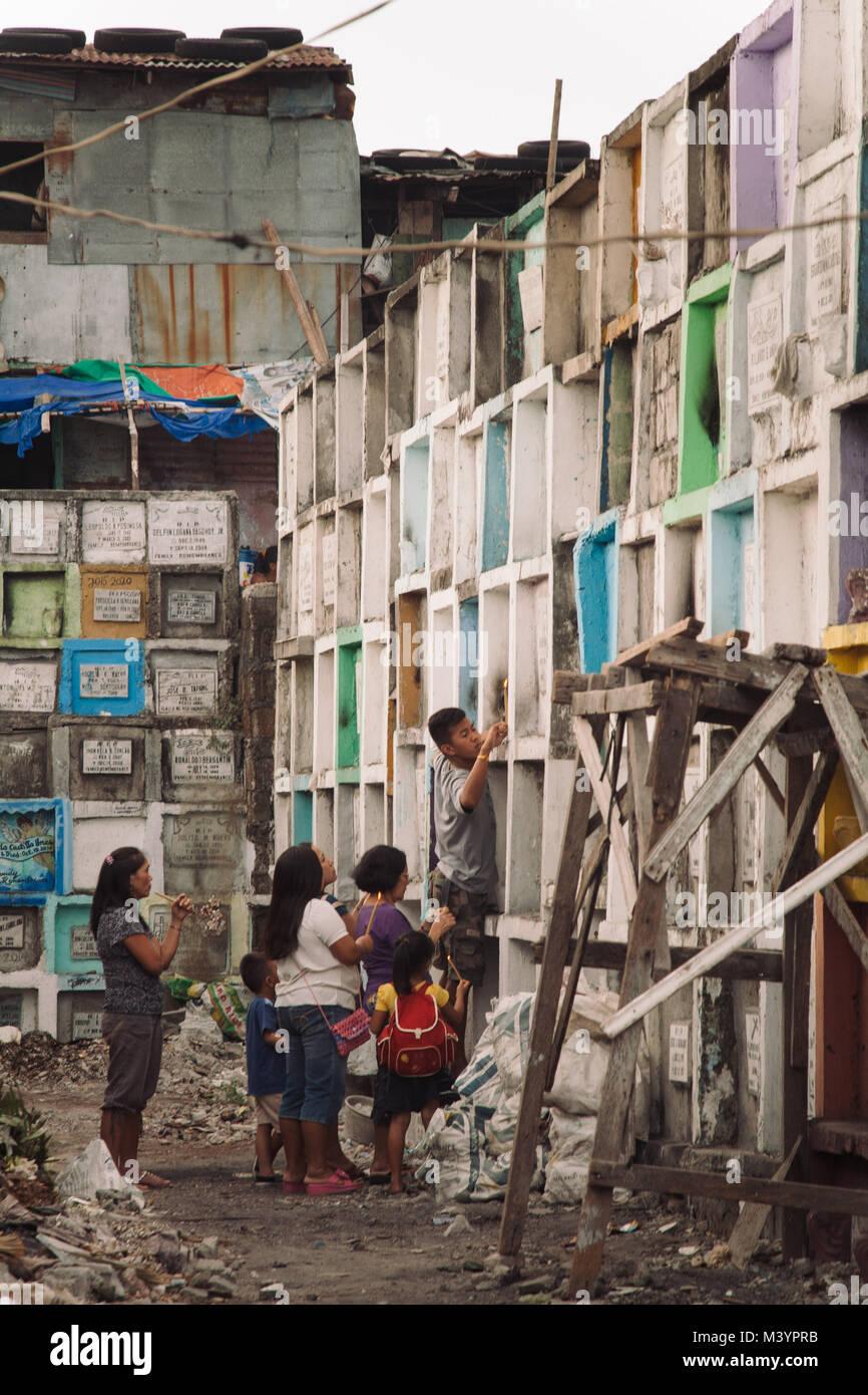 Manila, Philippinen. 7. Apr 2015. Den Menschen in den Slums des ...
