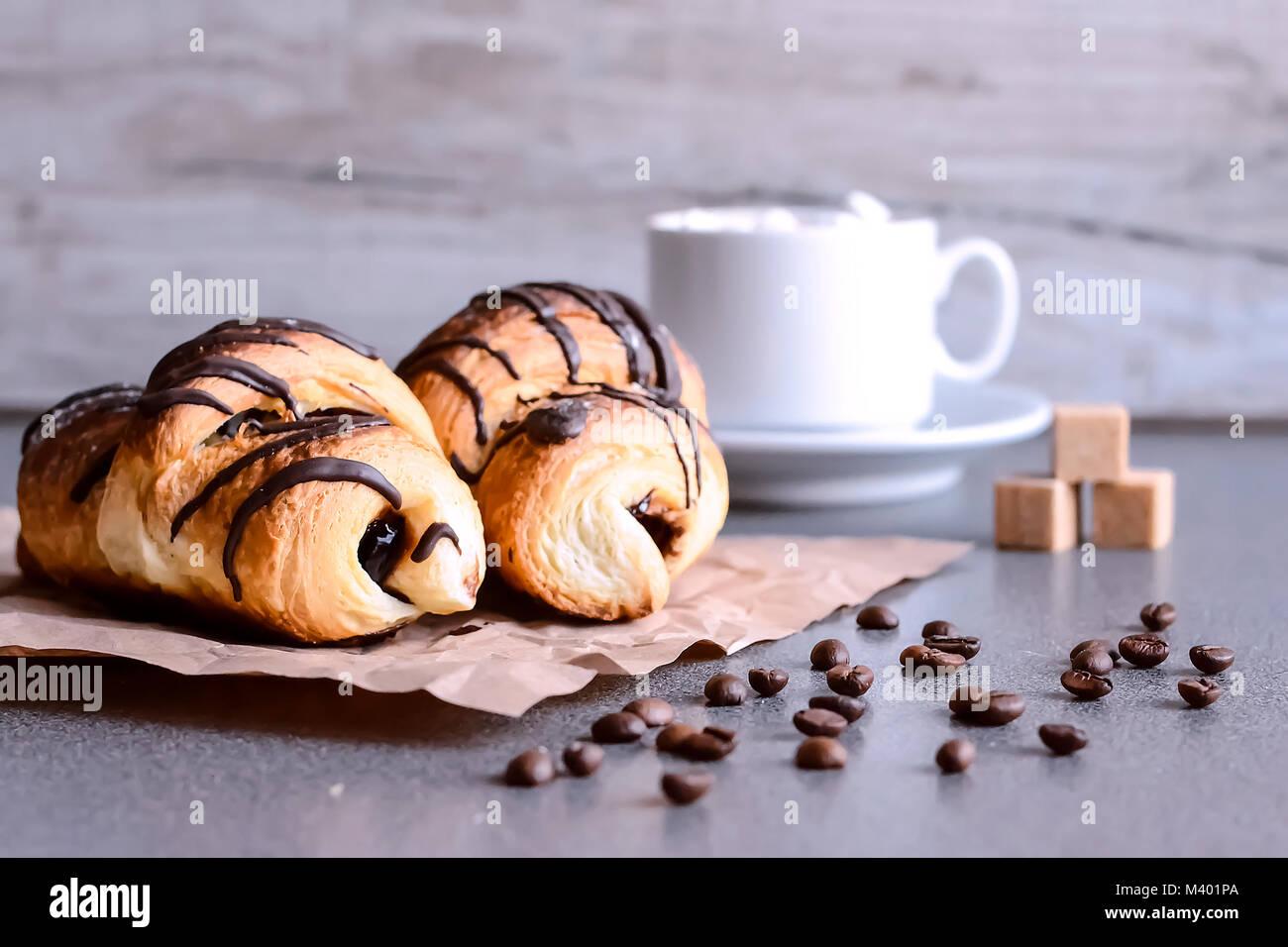 Frische Croissants mit Schokolade auf dem Tisch. Köstliche Breakfas Stockbild
