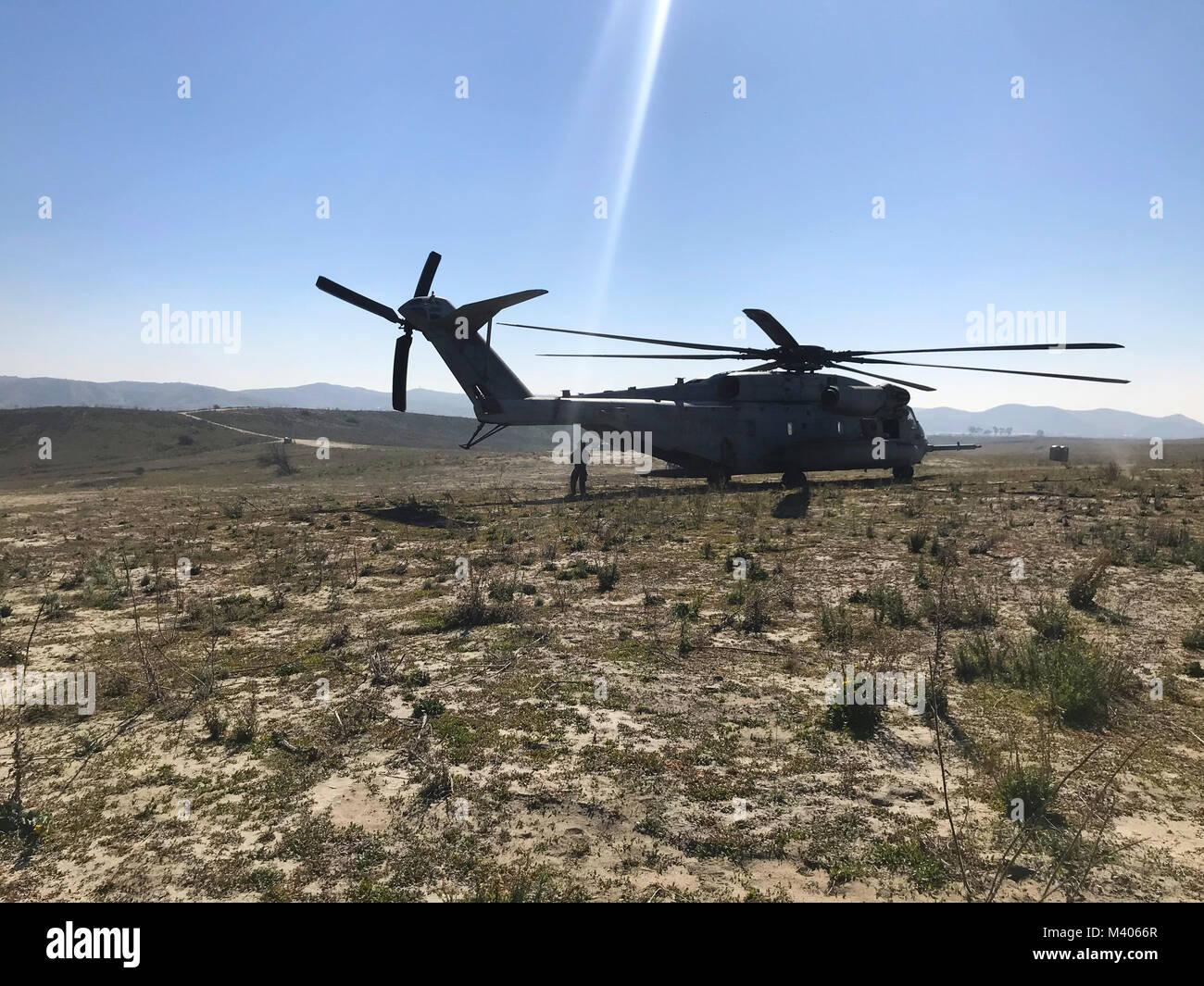 Sgt. Adam Collins, ein CH-53E Crew Chief mit Marine schweren Helikopter Squadron (HMH) 465, bereitet die ersten Stock der Jumper während der Fallschirm und Flugbetrieb mit 1St Marine Reconnaissance Bataillon zu laden bei Marine Corps Base Camp Pendleton, Calif., Feb 6. Während der Fallschirm und springt, ist der Bodenkampf Element und dem Aviation combat Element arbeiten zusammen, um die Sicherheit und Leistung während der Ausbildung zu gewährleisten. (U.S. Marine Corps Foto von Sgt. David Bickel/Freigegeben) Stockfoto