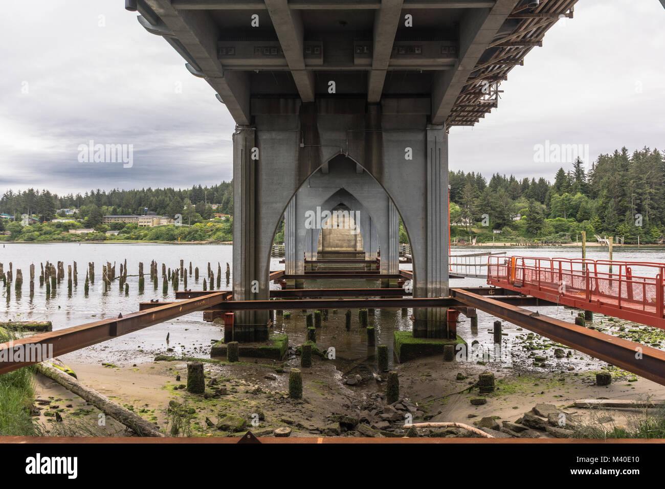 Florence, Oregon, USA - Juni 7, 2017: Die siuslaw River Bridge Blick von unten Stockbild