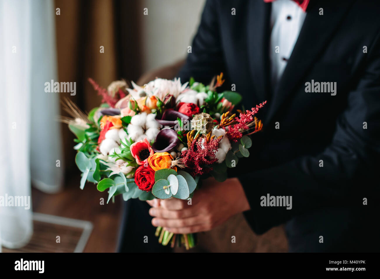 Brautigam Holding Hochzeit Bouqet In Seinen Handen Blumenstrauss In