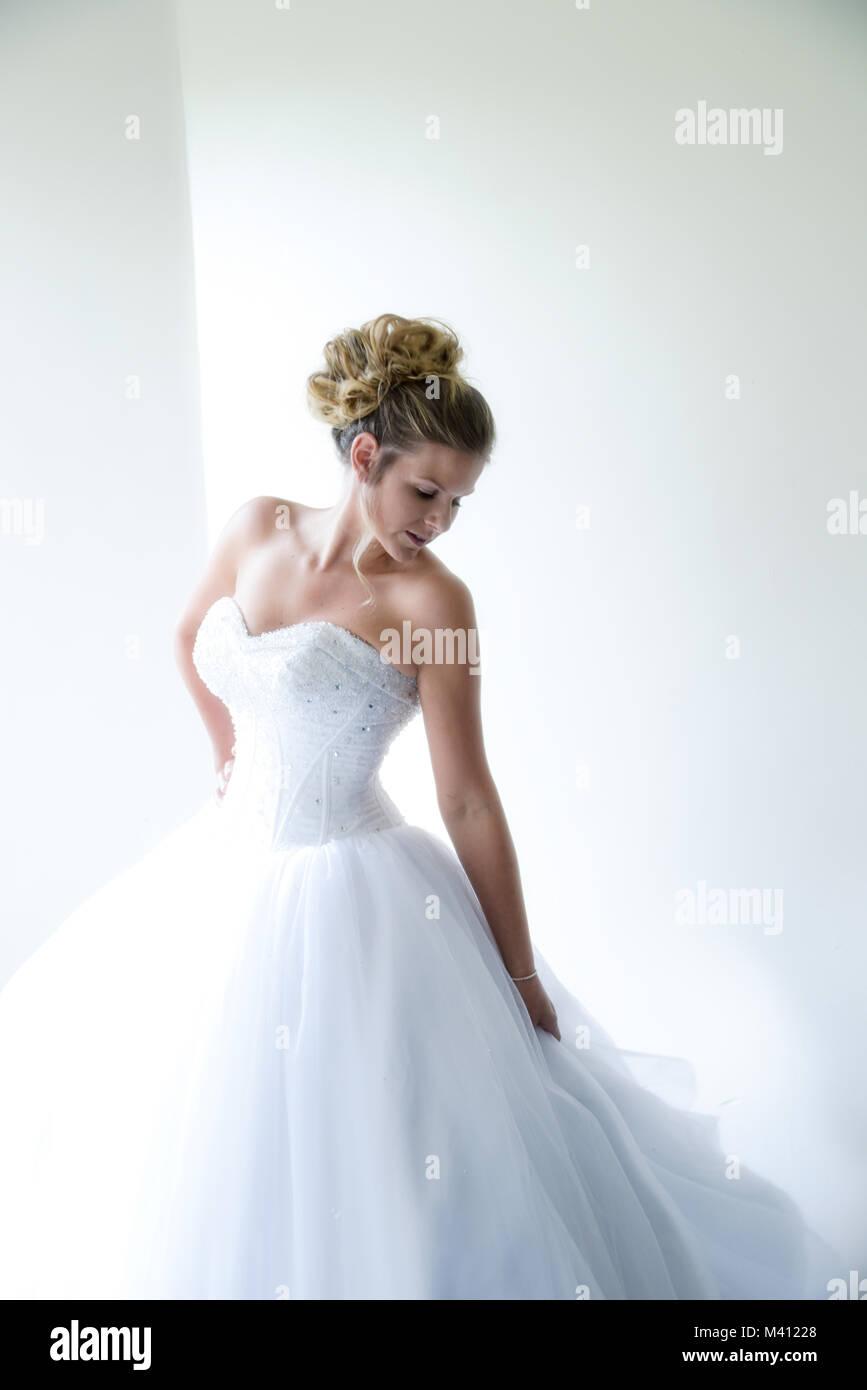 Porträt von einem schönen Mädchen mit einem weissen Brautkleid auf ...
