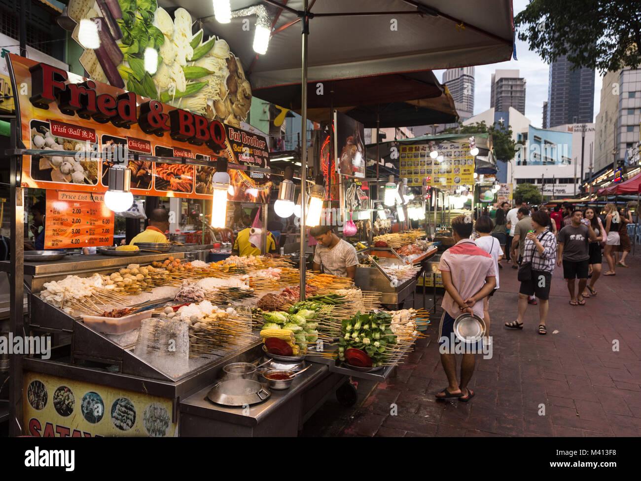 Kuala Lumpur, Malaysia - 22. Dezember 2017: Touristen und Einheimische wandern an der Jalan Alor berühmt für Stockbild