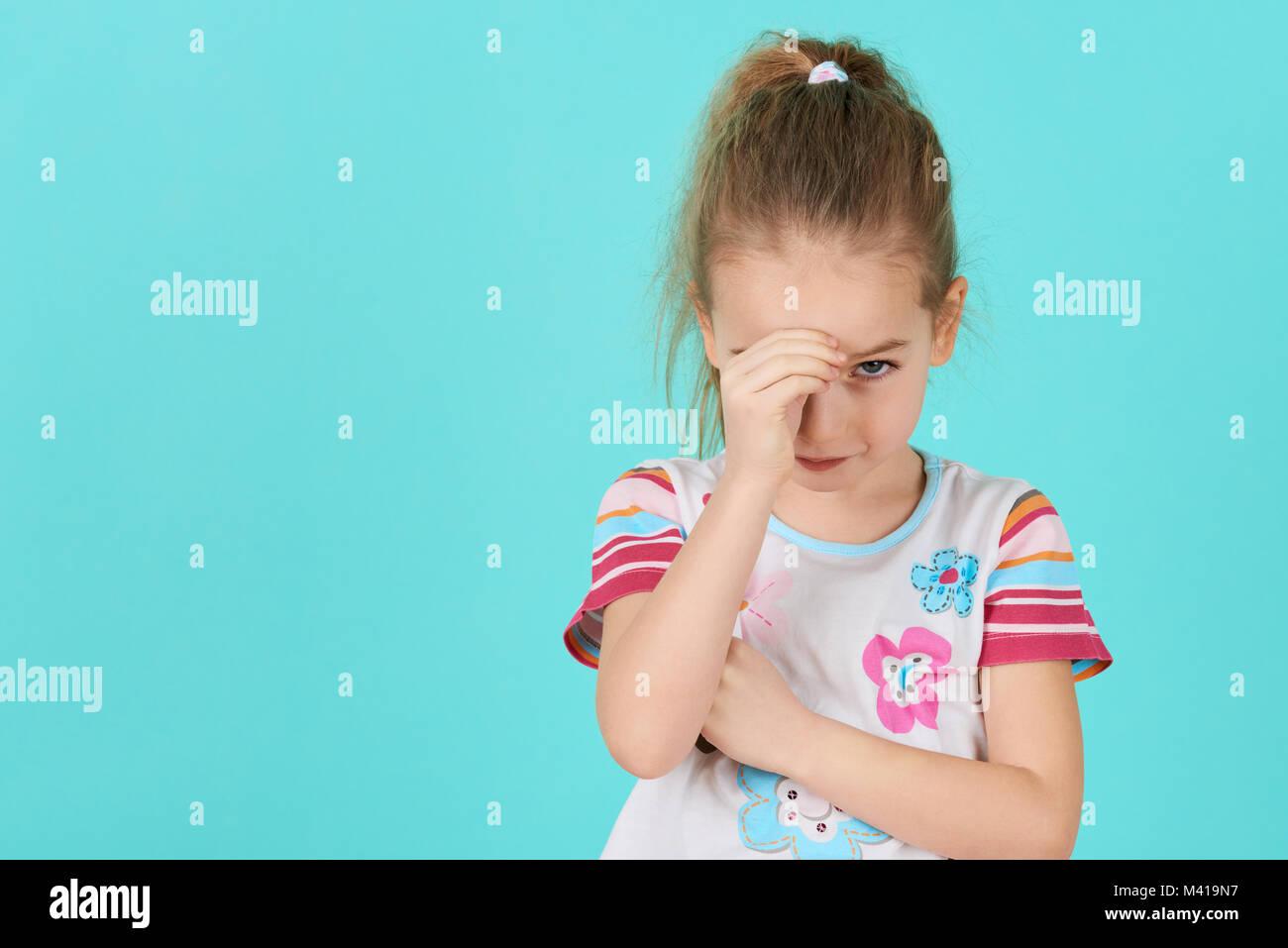 Verärgert problem Kind mit Kopf in den Händen. Mobbing, Depressionen, Stress oder Frustration Konzept. Stockbild
