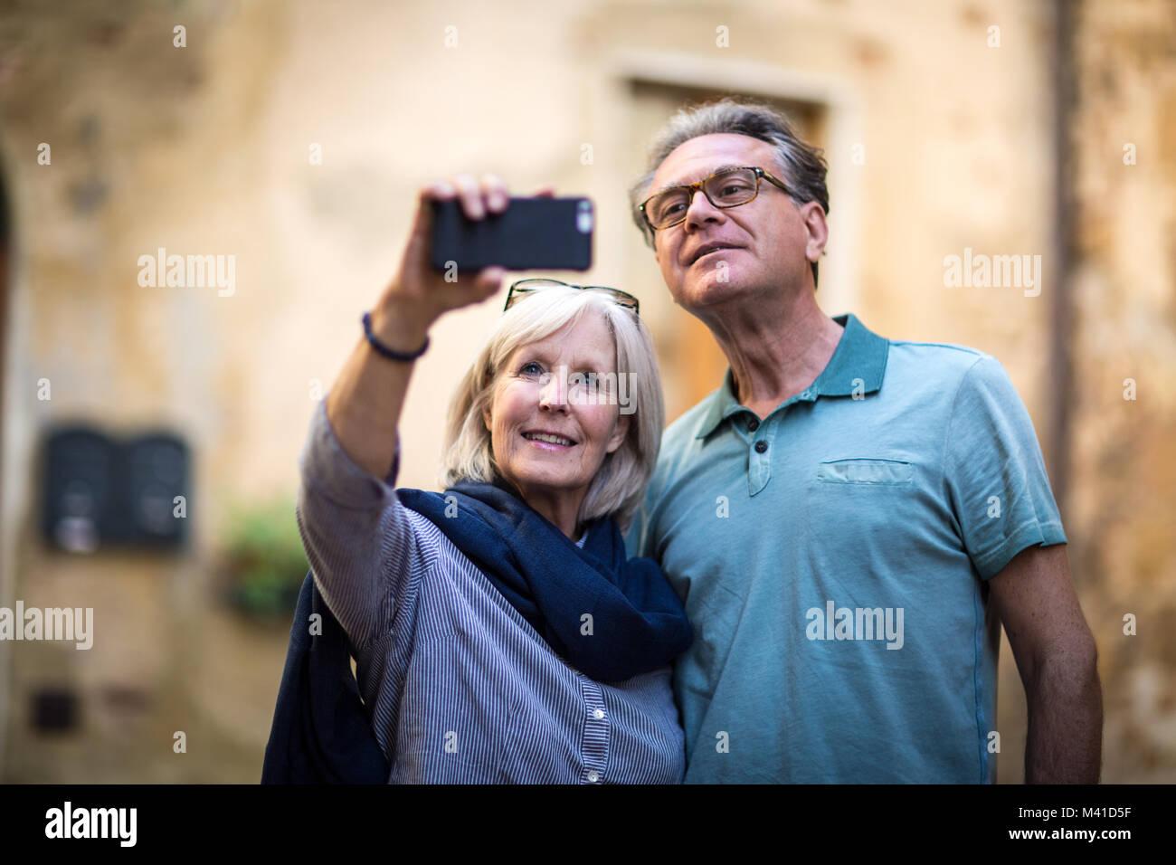 Senior Paar auf Urlaub nimmt ein Foto Stockfoto