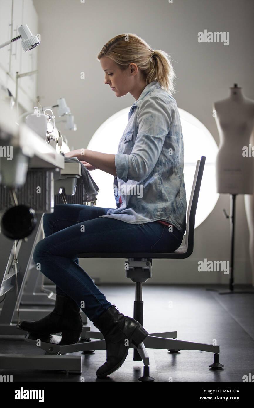 Fashion Student an einer Nähmaschine Stockbild