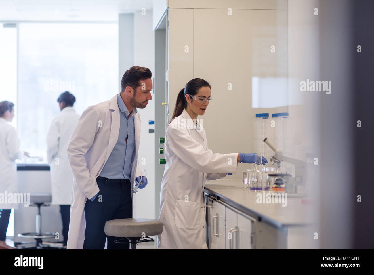 Studentin Wissenschaftler arbeiten an einem Experiment Stockbild