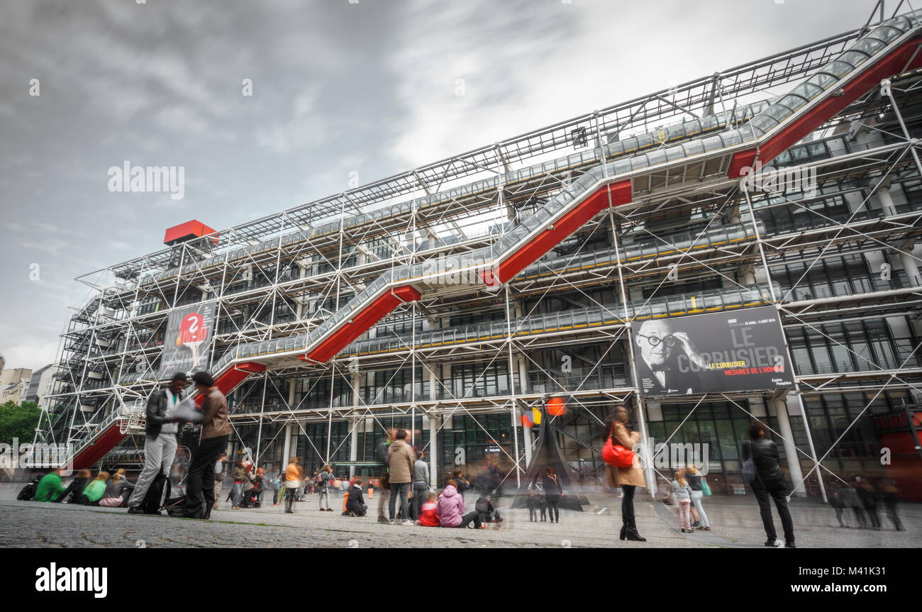 PARIS - 15. Mai: lange Exposition der Fassade des Centre Georges Pompidou am 15. Mai 2015 in Paris, Frankreich. Stockbild