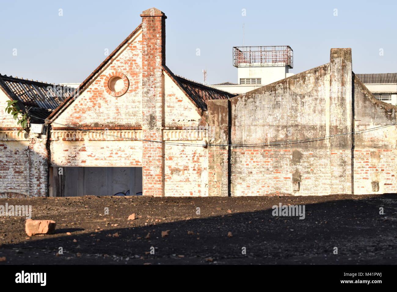 abgebrochene stoff industrie fassade urban landiscape fotografie in sao carlos brasilien genommen stockbild