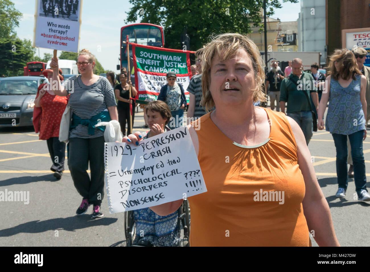Psychische Gesundheit Widerstand Netzwerk Protest campiagners März entlang der Hauptstraße ein gegen die mental Stockfoto
