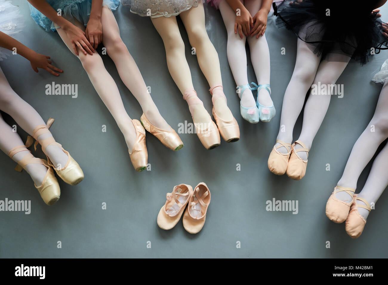 uk availability c36af 2960f Sechs Ballerinas auf dem Fußboden, Ansicht von oben. Ballett ...