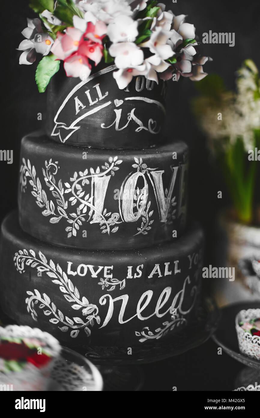 Elegante Schwarze Hochzeitstorte Mit Blumen Und Der Beschriftung