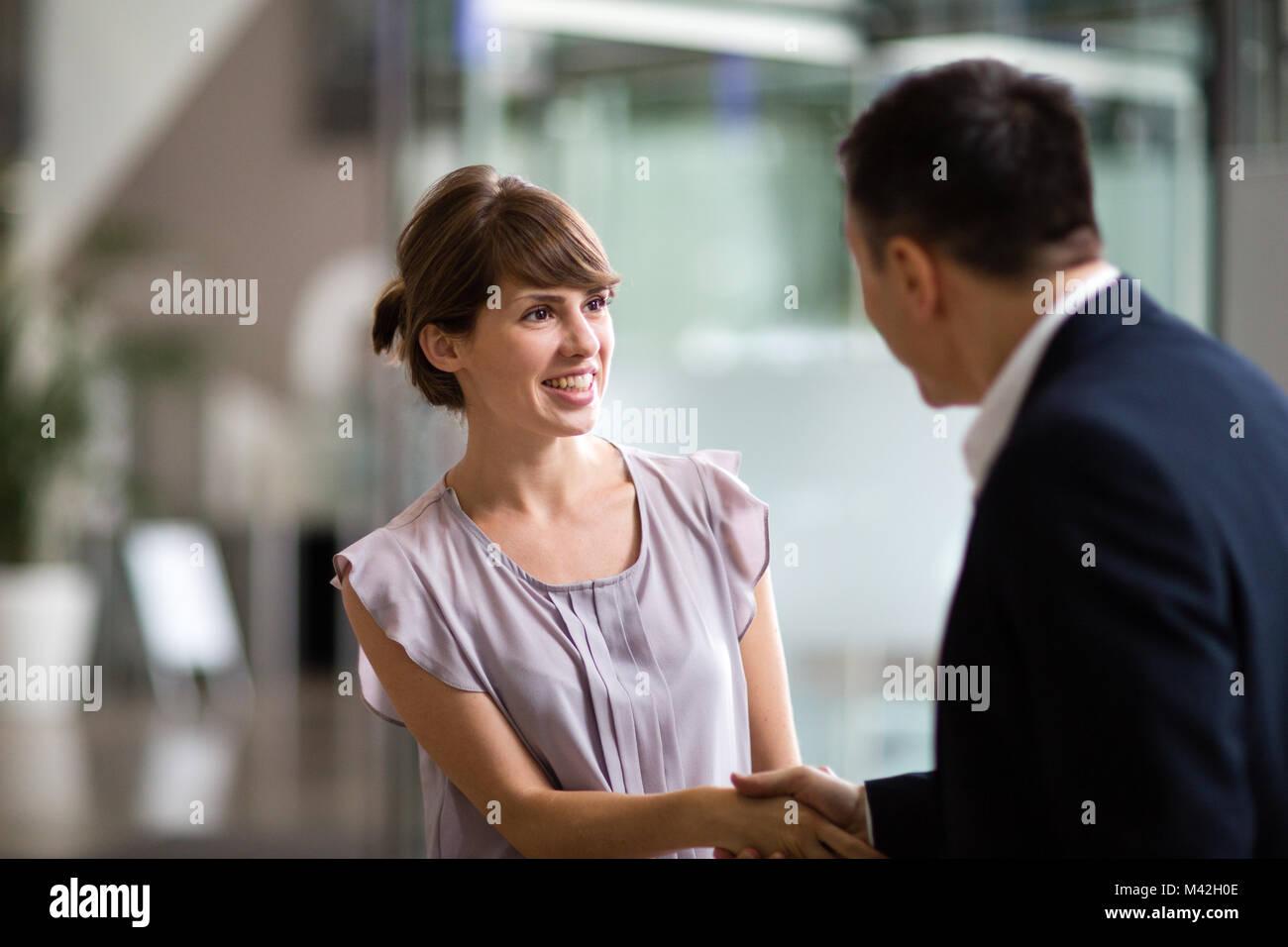 Junge weibliche Geschäftsfrau einen Job angeboten werden Stockbild