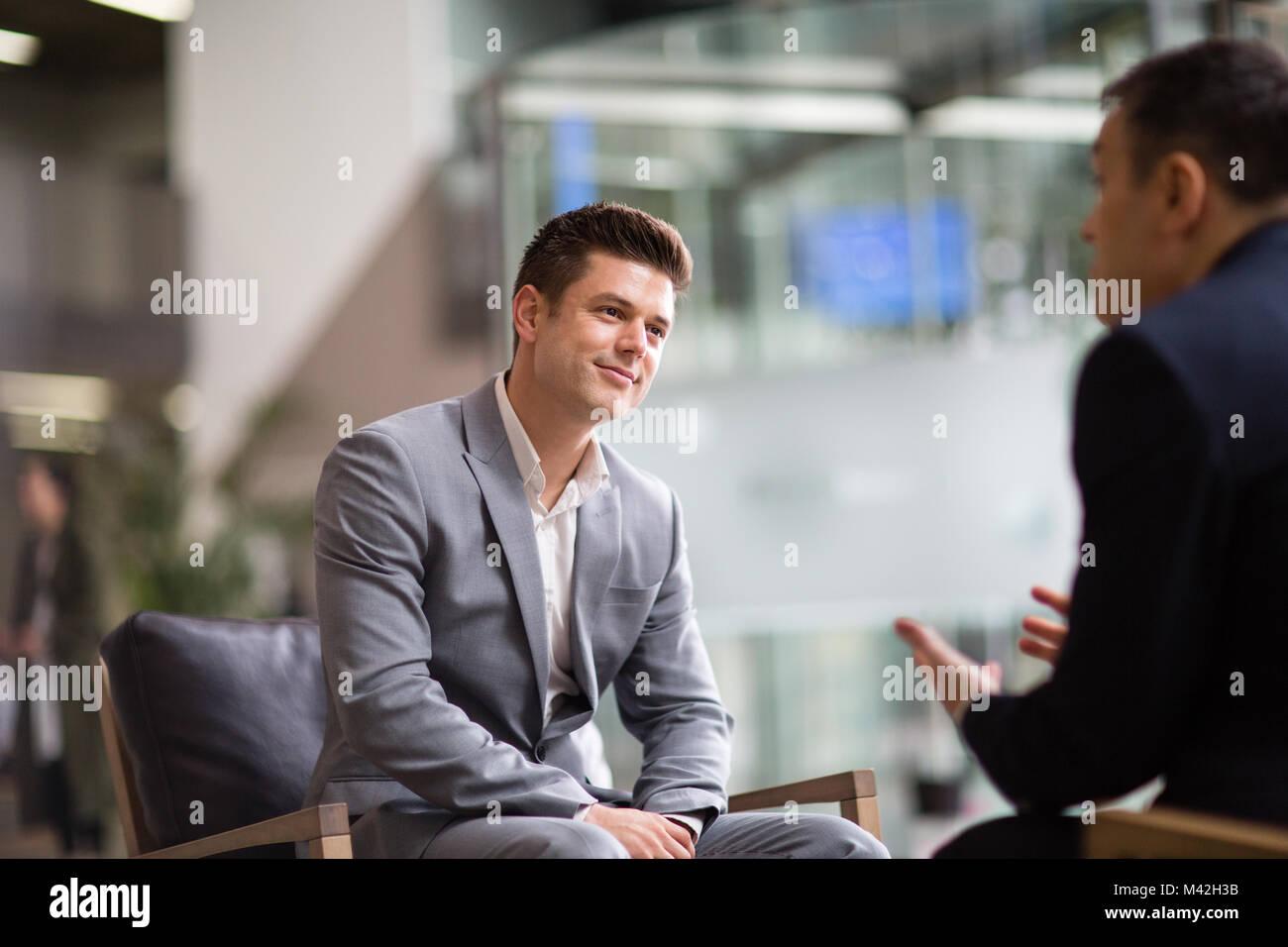 Eine Frage in einem Interview gefragt, Geschäftsmann Stockbild