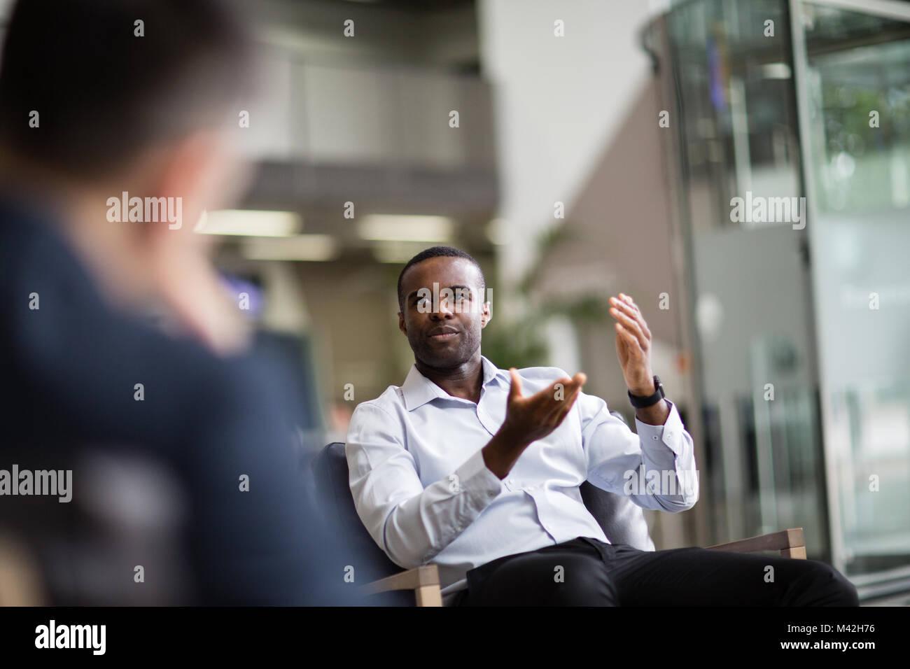 Geschäftsmann in einer Sitzung zu sprechen Stockbild