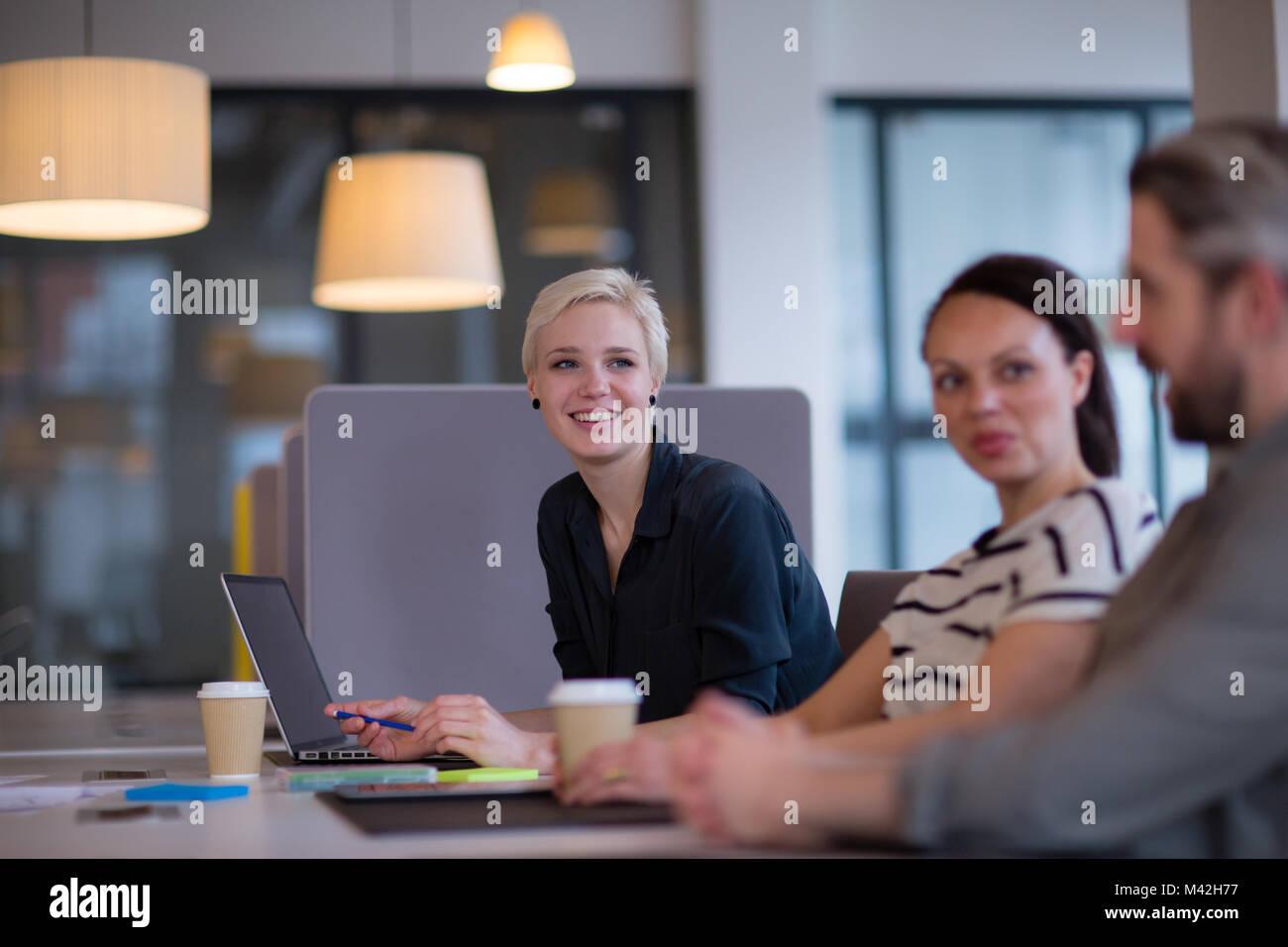 Kollegen in einem zwanglosen Treffen mit Kaffee Stockfoto