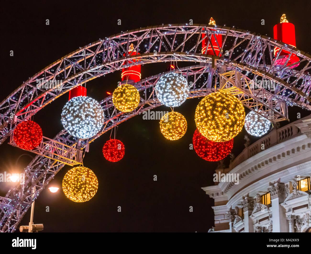 Beleuchtete Weihnachtskugeln.Rot Gold Und Weiss Beleuchtete Weihnachtskugeln Und