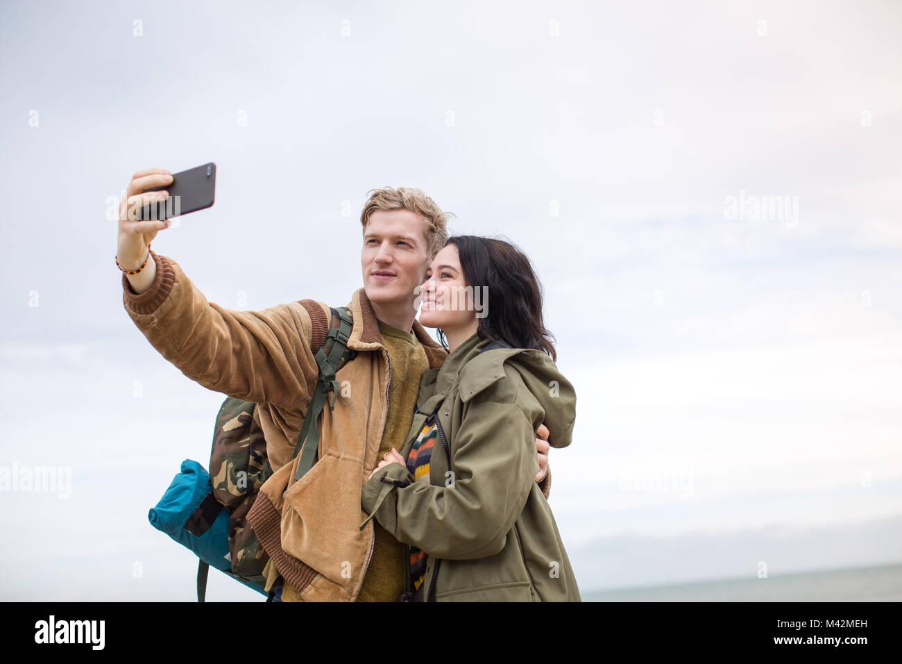 Junges Paar ein selfie auf einer kampierenden Reise Stockbild