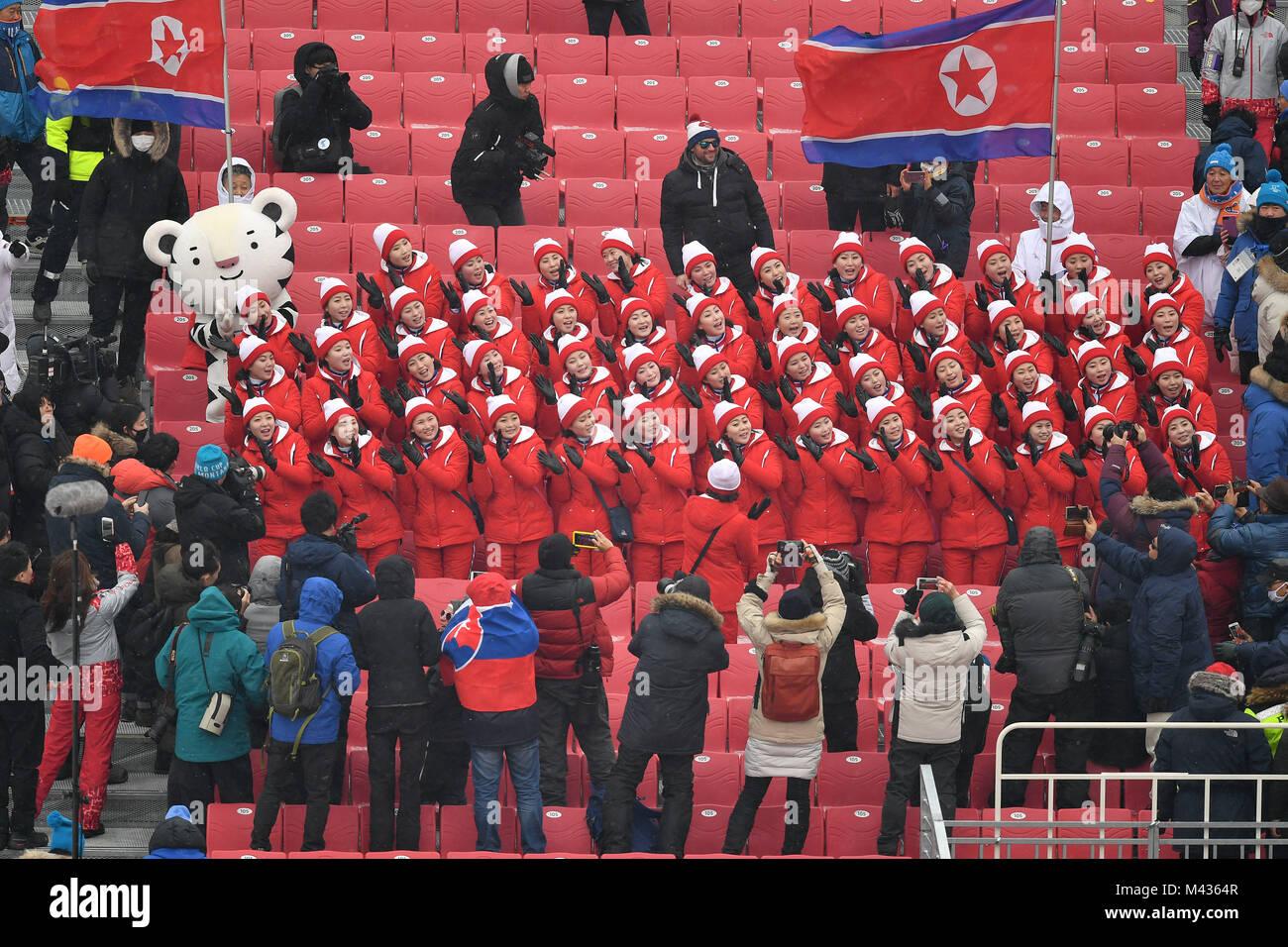 Choreographie nordkoreanischer Zuschauer, Unterstützer, Fans weckt das Interesse Geschichte Zuschauer. Nordkoreanische Stockbild