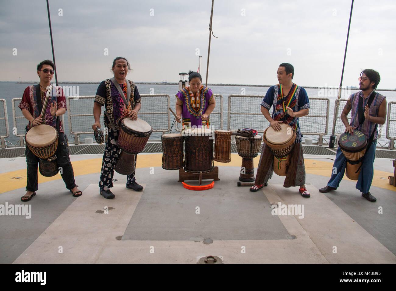 Manila, Philippinen. 14 Feb, 2018. Einheimische Musiker spielen ...