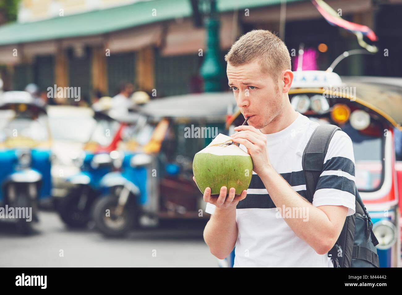 coconut water drink straw stockfotos coconut water drink straw bilder alamy. Black Bedroom Furniture Sets. Home Design Ideas