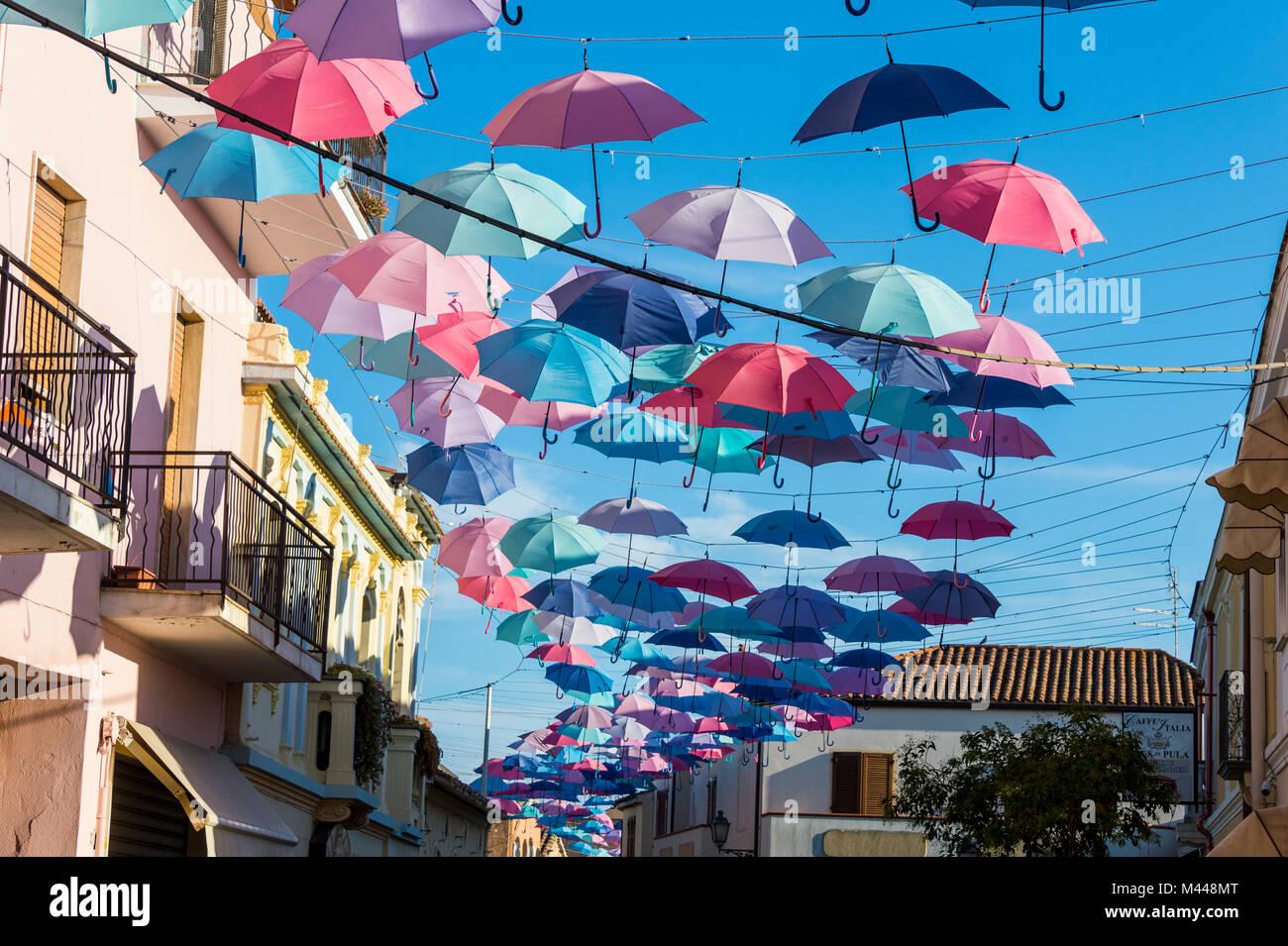 Sonnenschirme Straße in Pula, Sardinien, Italien Stockbild