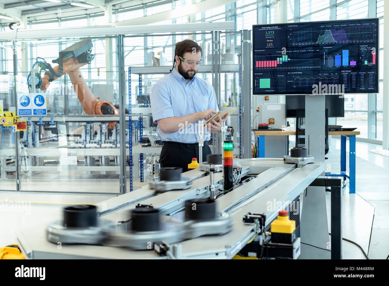 Ingenieur Produktion testen einen Roboter Simulator in Robotics Research Facility Stockbild