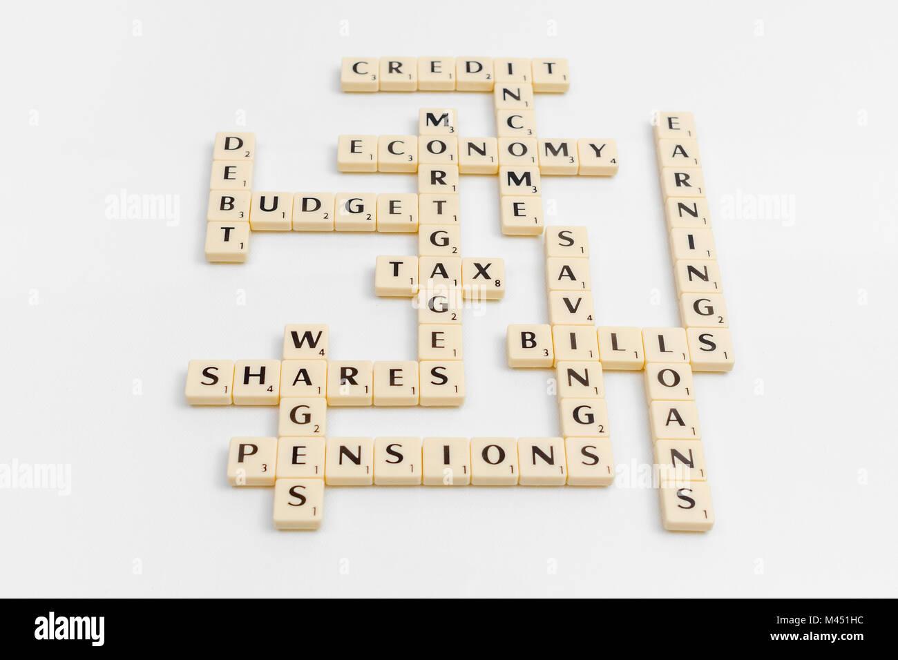 Alphabet Fliesen, die Finanzinstrumente, über die finanziellen Geld verwandte Begriffe. Finanzielle Terminologie, Stockfoto