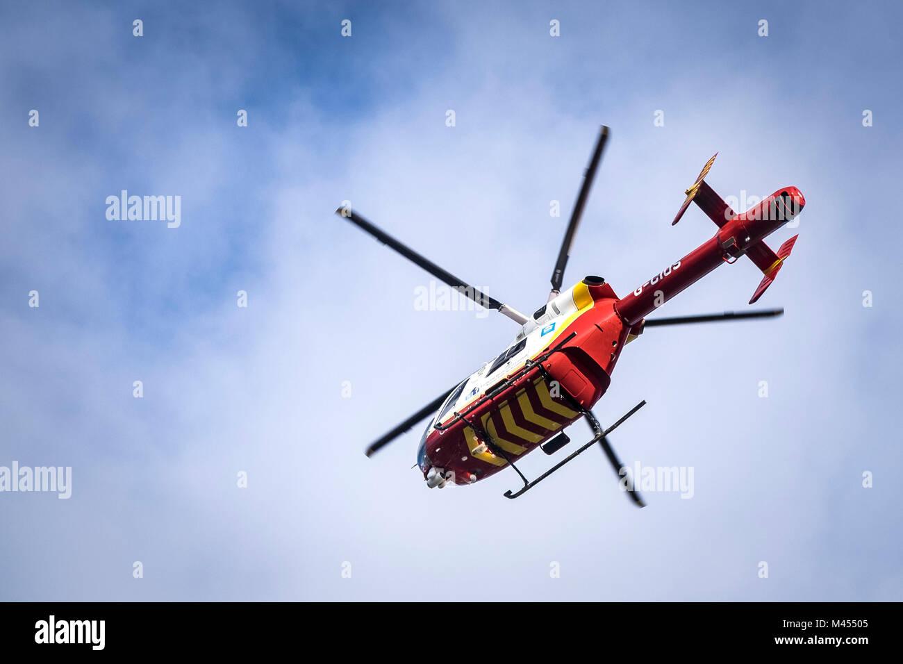 Die Cornwall Air Ambulance helicopter McDonnell Douglas MD 902 Explorer flying Overhead. Stockbild