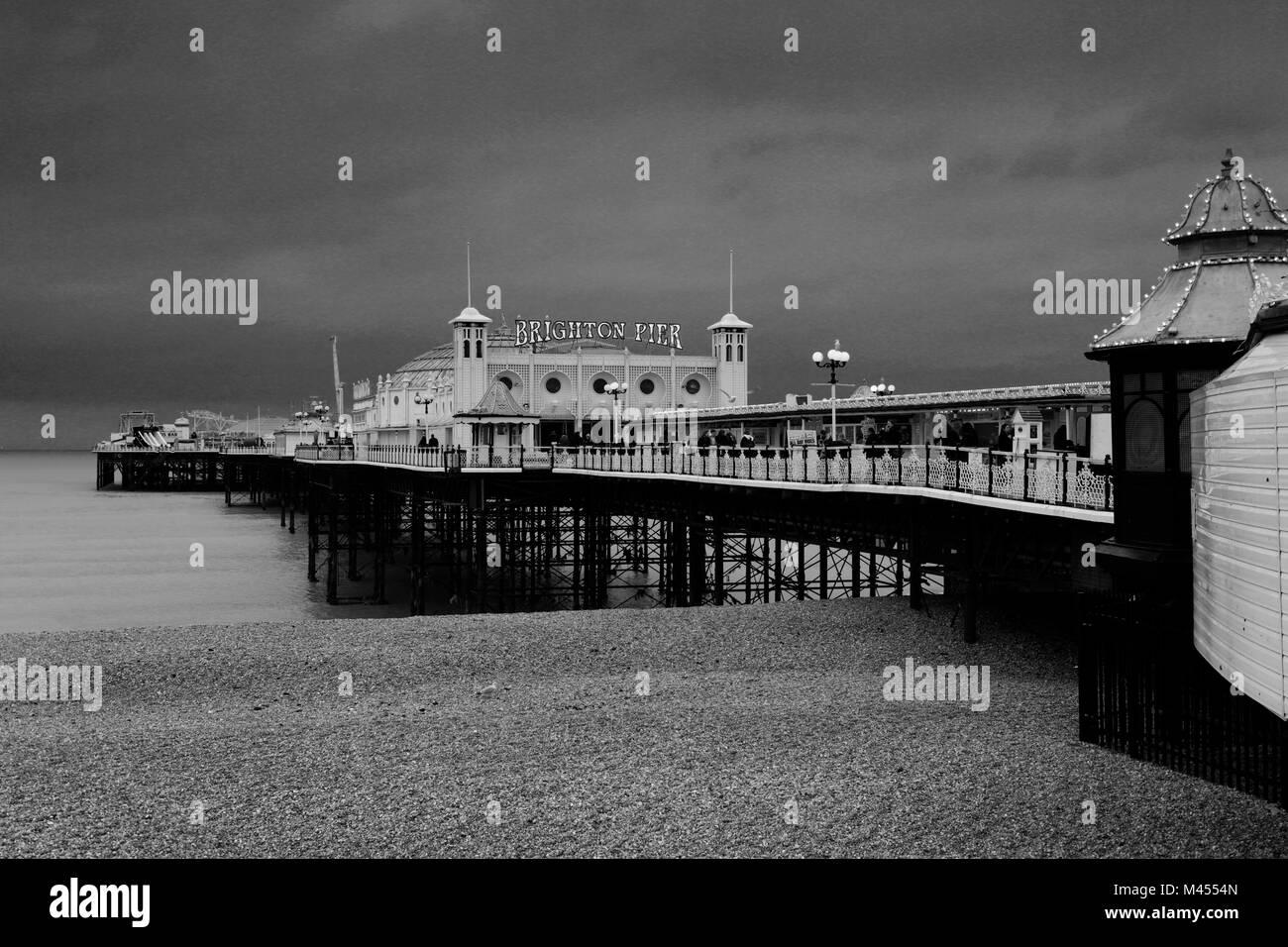 Dramatische Himmel über dem Palace Pier von Brighton, Brighton & Hove, East Sussex, England, Großbritannien Stockbild