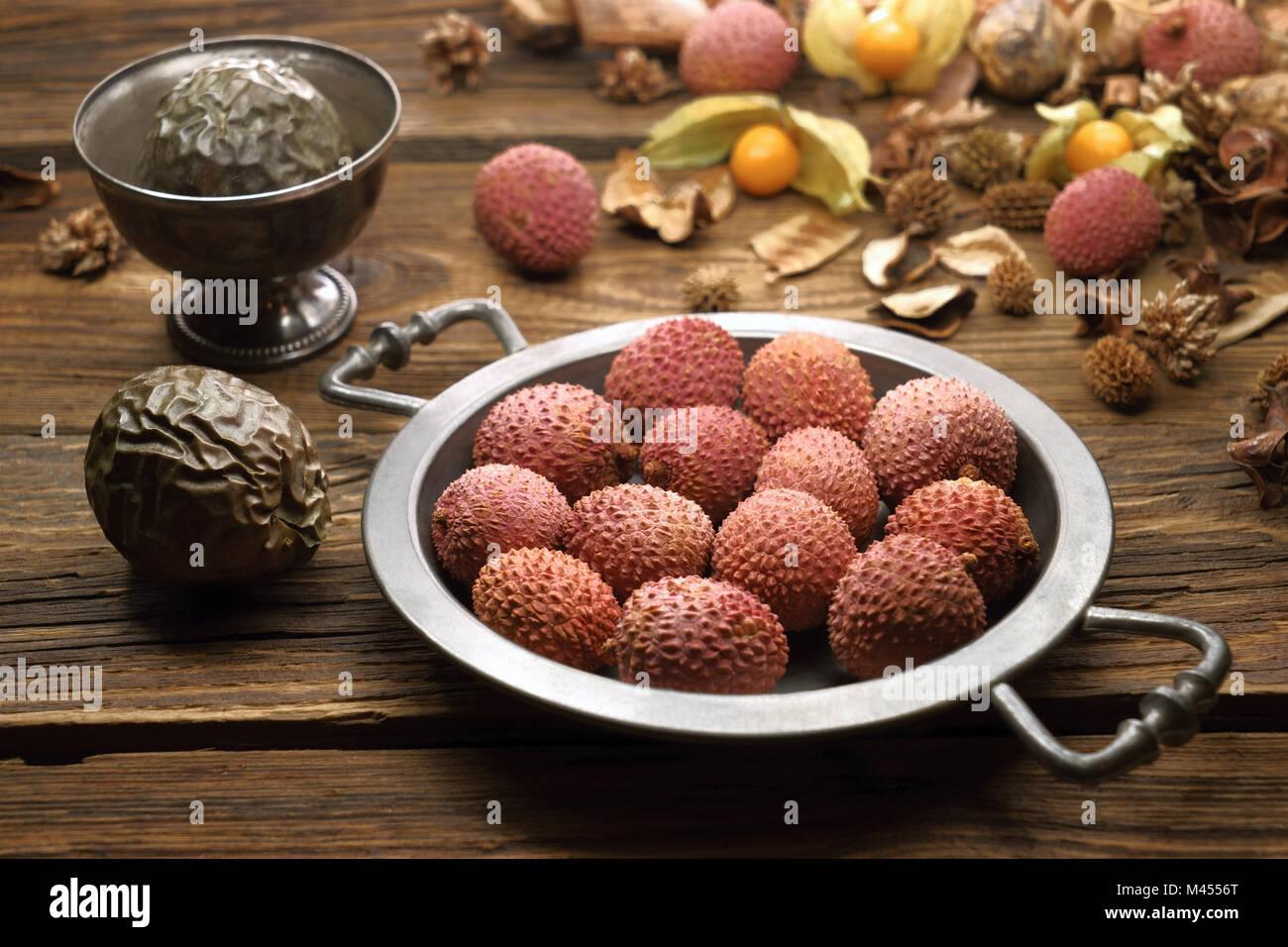 Lychee, tropische Früchte auf einem Zinn Fach, auf alten Brettern Stockbild