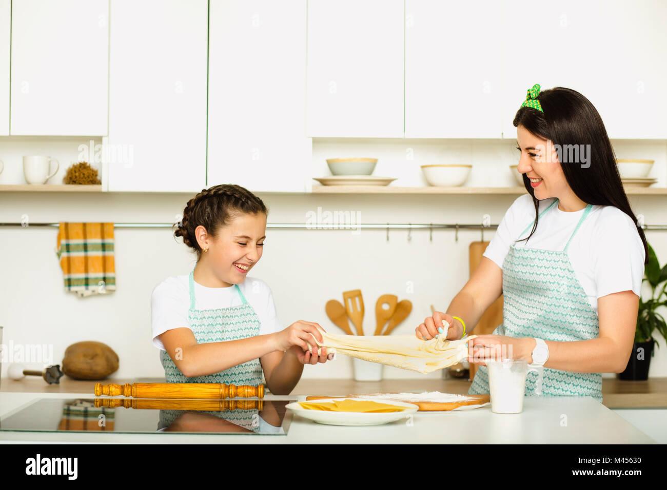 Glückliche Mutter und Tochter Kochen in der Küche Stockbild