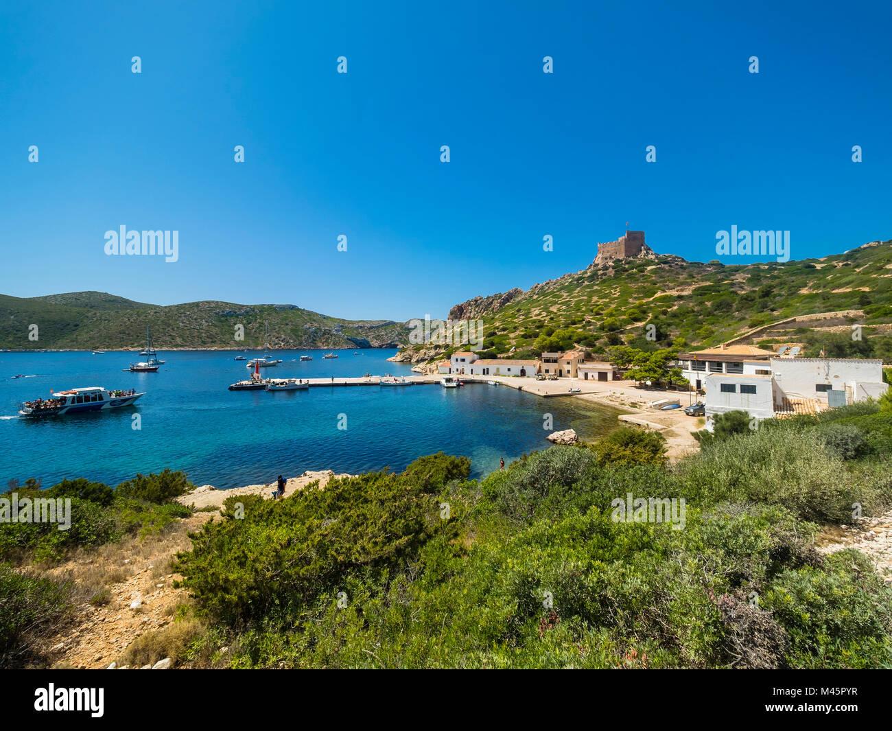 Blick auf den Hafen und die Burg von Cabrera, Colònia de Sant Jordi, Parque Nacional de Cabrera, Cabrera Nationalpark Stockbild