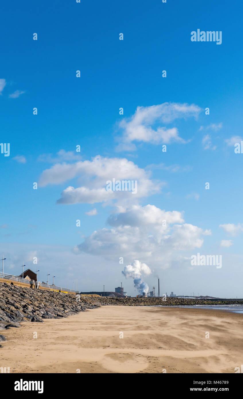Aberavon Beach in der Nähe von Port Talbot mit dem Stahl arbeitet im Hintergrund, South Wales Stockfoto