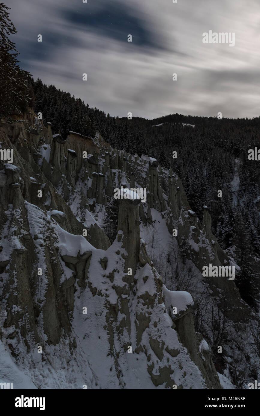 Perca/Percha, Provinz Bozen, Südtirol, Italien, Europa. Vollmond Nacht an den Erdpyramiden Stockfoto