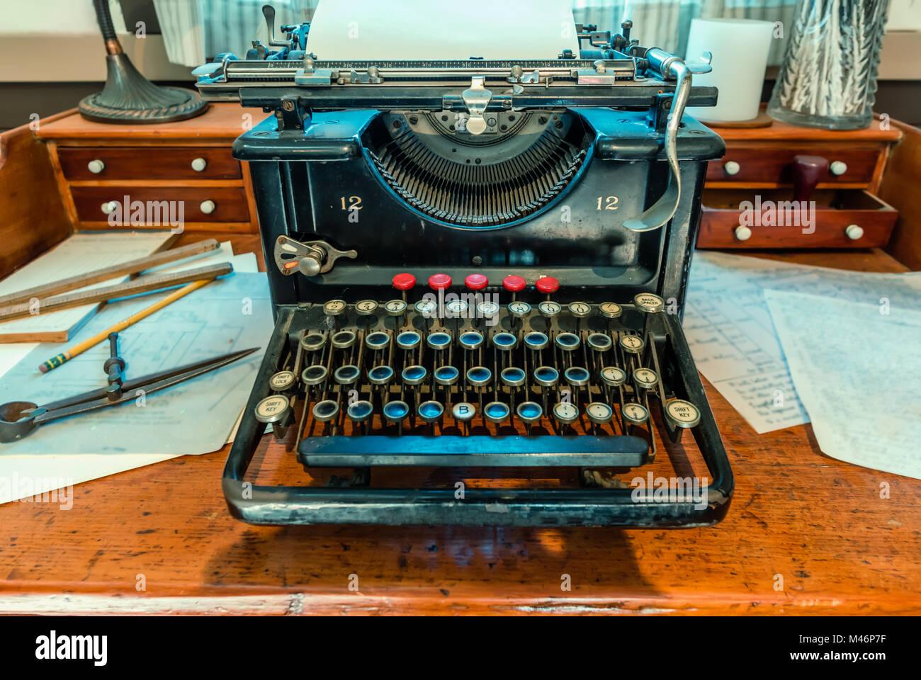 Antike, Schreibmaschine mit ein Blatt weißes Papier und Metall ...