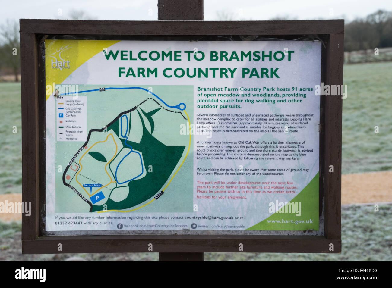 Informationstafel an der kürzlich eröffneten Bramshot Farm Country Park in der Nähe von Fleet in Stockbild