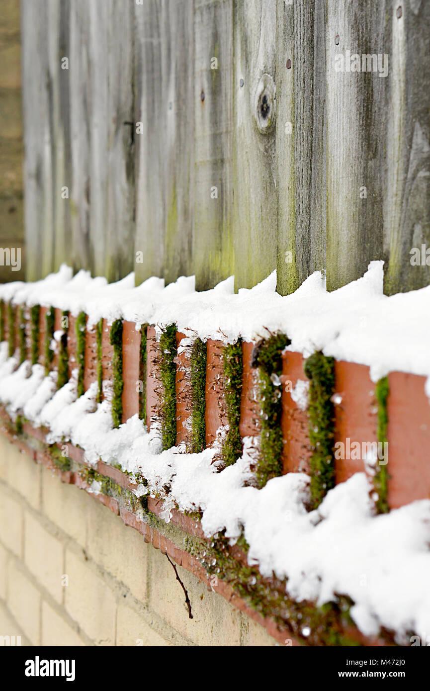 Teil Einer Holz Garten Zaun Und Mauer Mit Frischem Schnee Stockfoto