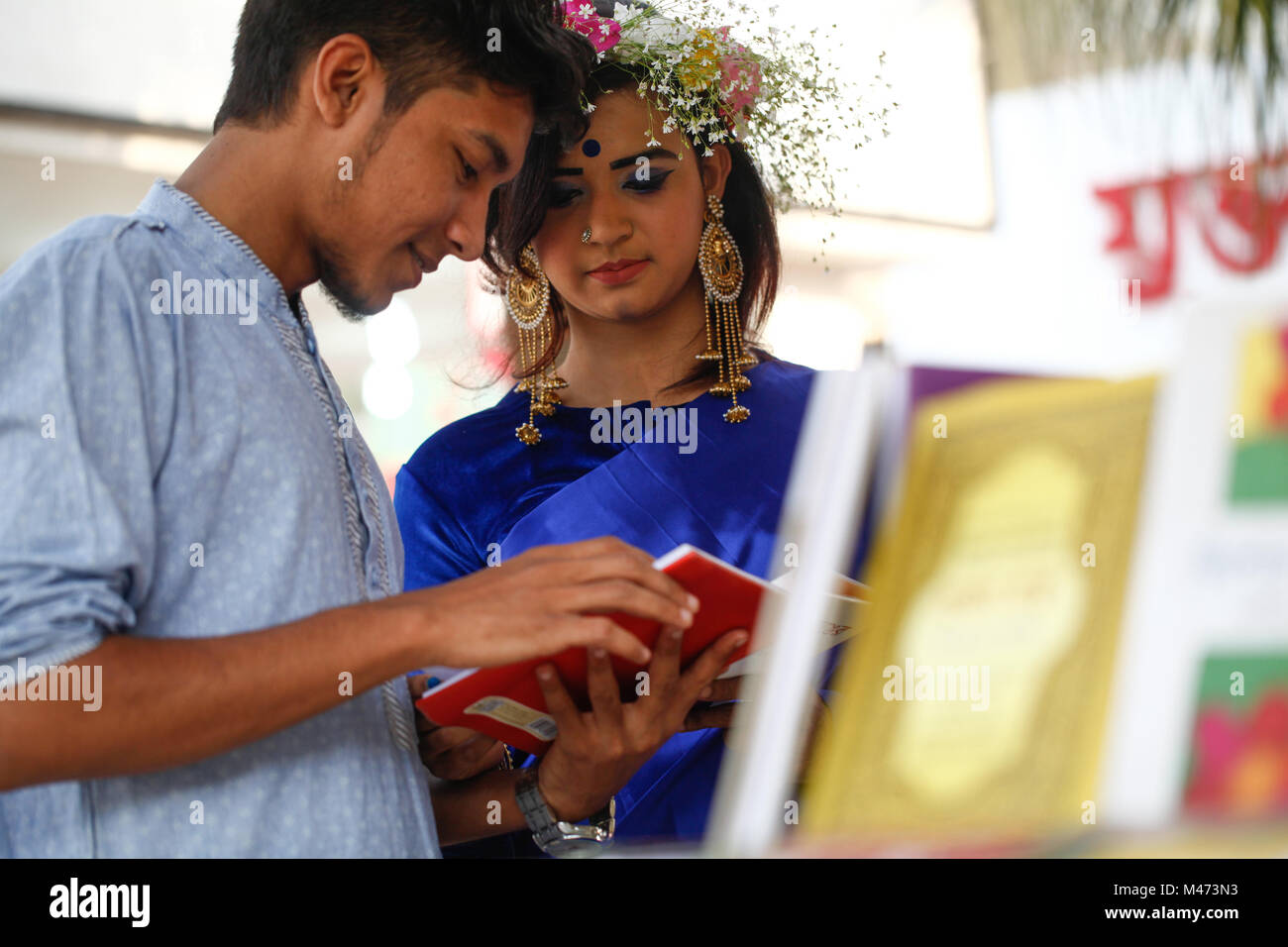 Dhaka, Bangladesch. Februar 14, 2018. Bangladeshi Paar auf der Buchmesse zum Valentinstag in Dhaka am 14. Februar Stockbild