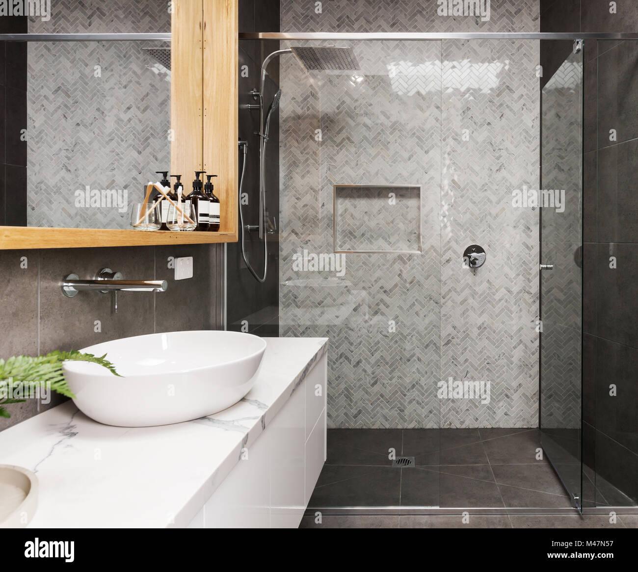 Marmor Mosaik Fischgrat geflieste Dusche Wand in einem modernen Bad ...