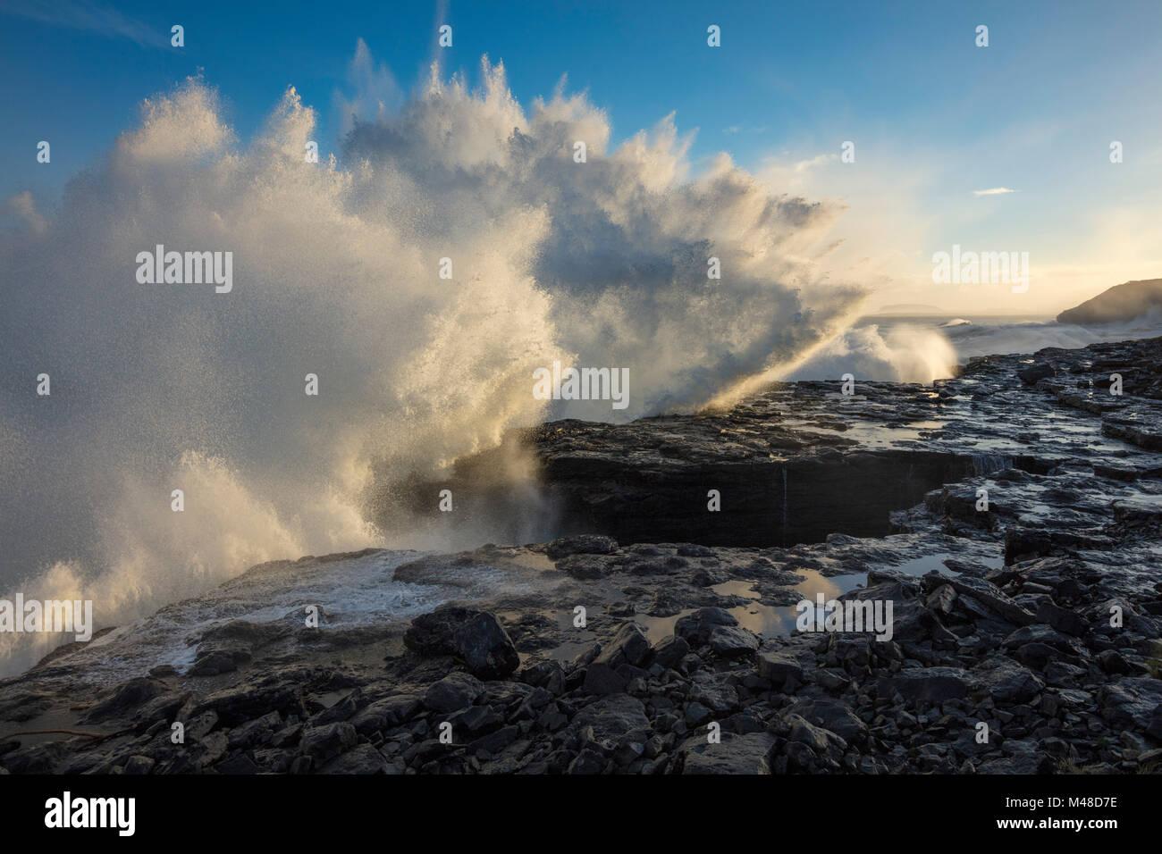 Wellen brechen am Strand von Easky, County Sligo, Irland. Stockbild