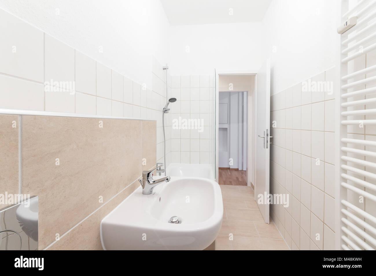 Neues Bad, geflieste Badezimmer - Immobilien Innenraum Stockfoto ...