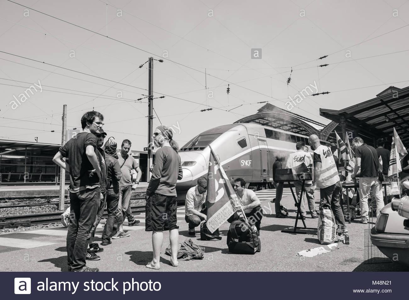 Französische Staatsbahn SNCF Streik-Demonstrant, Grill Stockbild