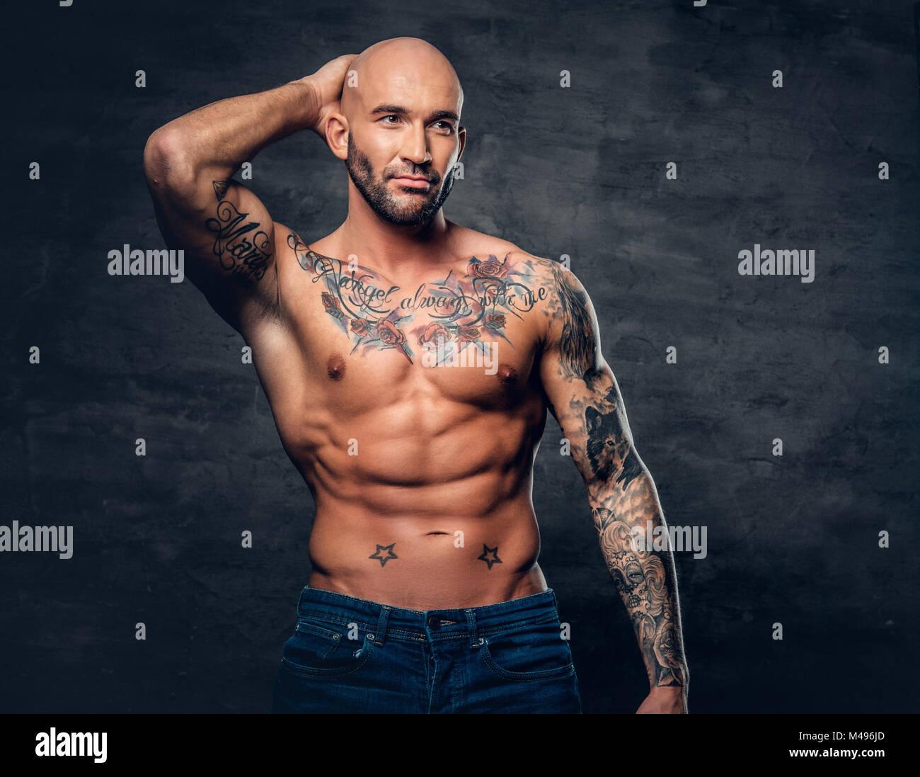 kopf rasiert muskul se m nner mit tattoos auf seinem. Black Bedroom Furniture Sets. Home Design Ideas