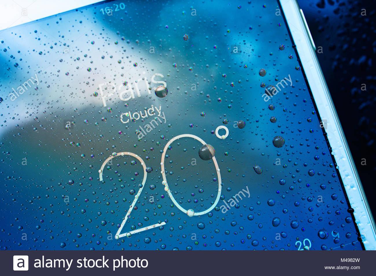 IPhone 7 Plus wasserdichte Paris Wettervorhersage Stadtplan app Stockbild