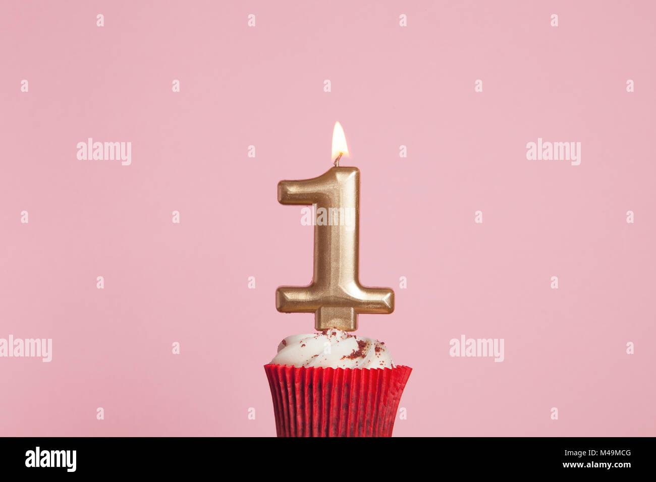 Nummer 1 Goldene Kerze In Eine Cupcake Gegen Ein Pastell Rosa Hintergrund Stockbild