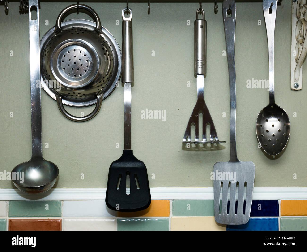 Küchengeräte aufgehängt in einem Landhaus Küche Stockfoto