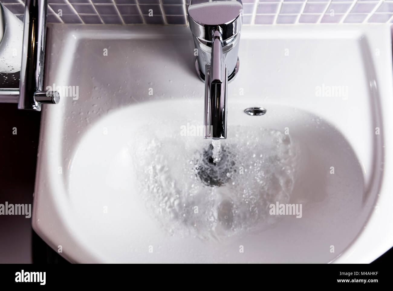 Wasser Läuft Aus Einem Bad Tippen Oder Wasserhahn In Ein
