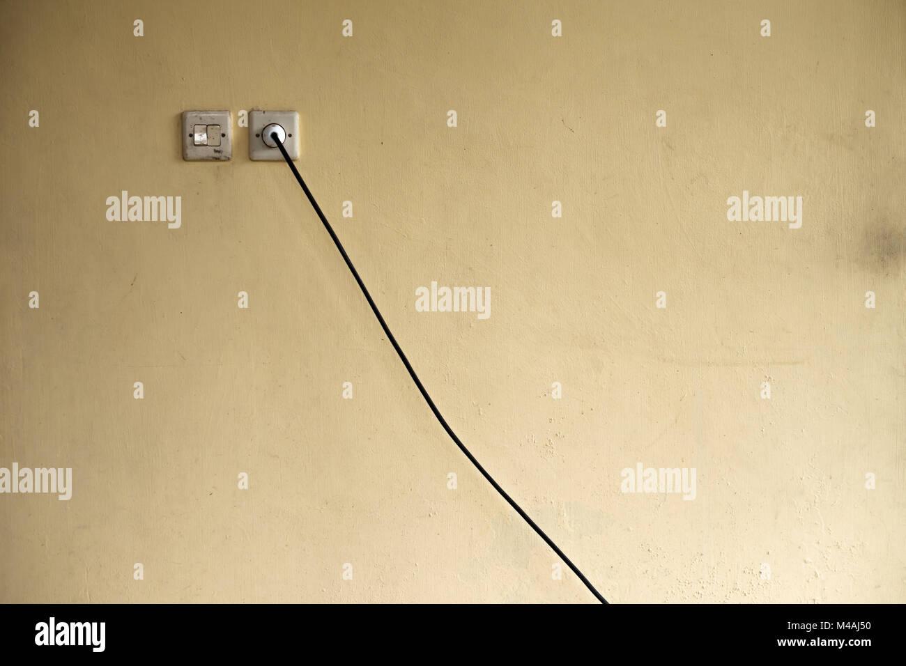Steckdose und elektrische Kabel durch die Wand. Ungünstige Lage von ...